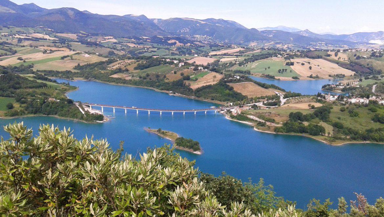 Vedute e scorci meravigliosi del lago di Castreccioni (Cingoli).  Guarda il filmato girato da un drone