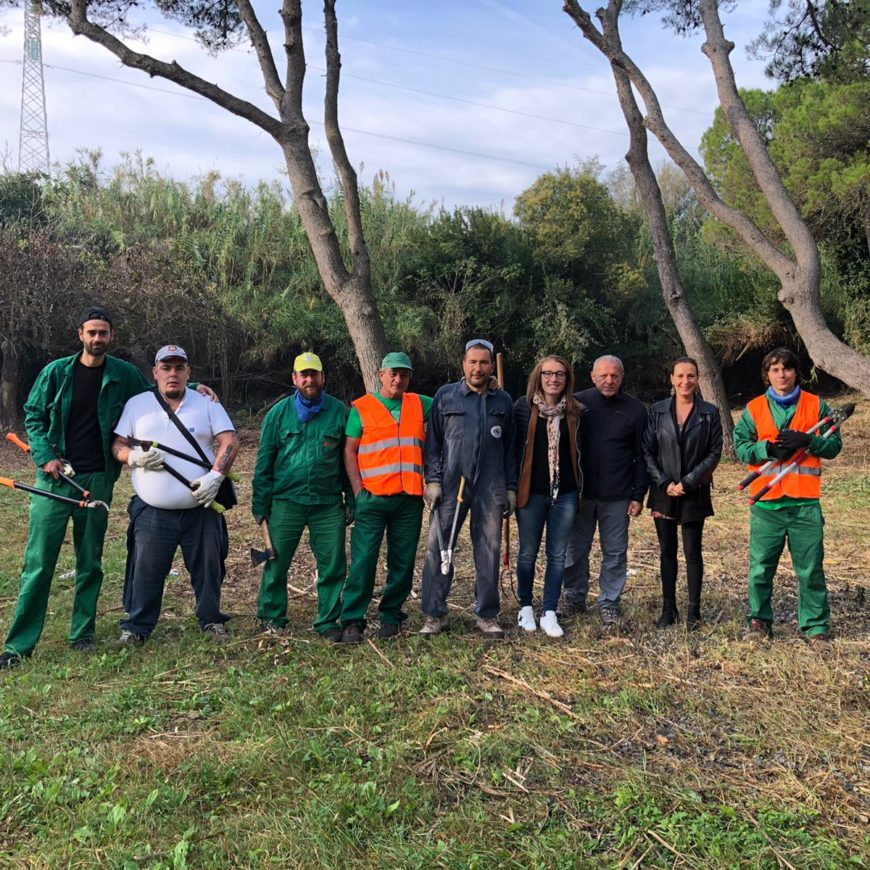 I ragazzi delle Comunità Nuove dipendenze e San Cesareo ripuliscono il parco della Pineta a ridosso del fiume Metauro