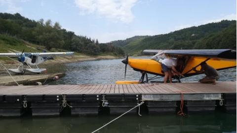 L'avioturismo atterra al lago di Mercatale (Sassocorvaro, PU).